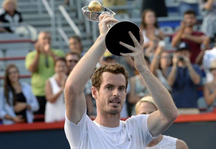 El británico Andy Murray presume el trofeo que lo acredita como campeón del Abierto de Canadá en su edición 2015. (EFE)