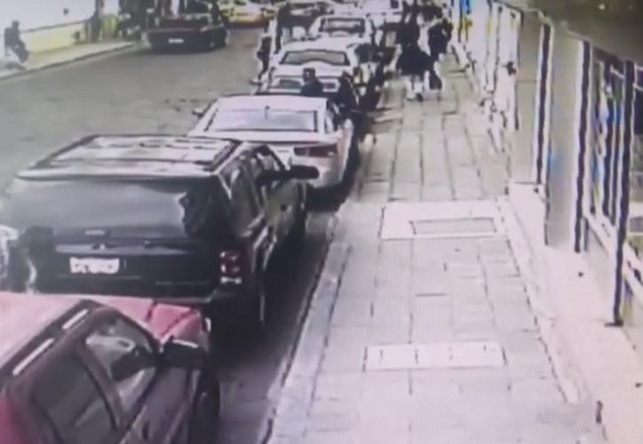 Imágenes generadas de una cámara de seguridad muestra la forma de operación de los delincuentes. (Foto: RT Actualidad)