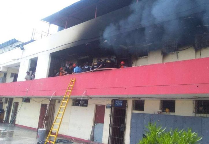 Internos se enfrentaron y quemaron colchones (Agencias).