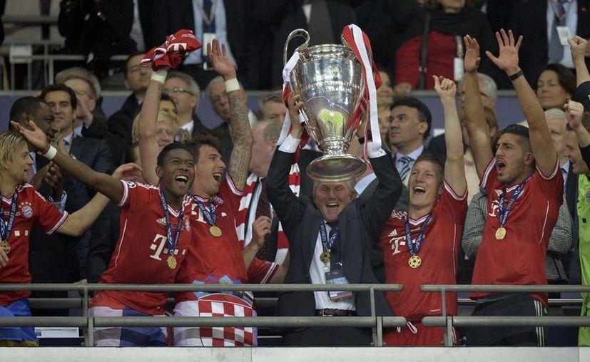 El entrenador (centro) Juup Heynckes se pasea con la Copa  y con sus jugadores. (Agencias)