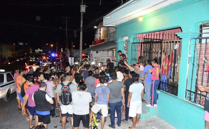 Más de un centenar de personas sitiaron la vivienda de Alexey Makeev la tarde de ayer, en la Supermanzana 70, de Cancún. (Redacción/SIPSE)