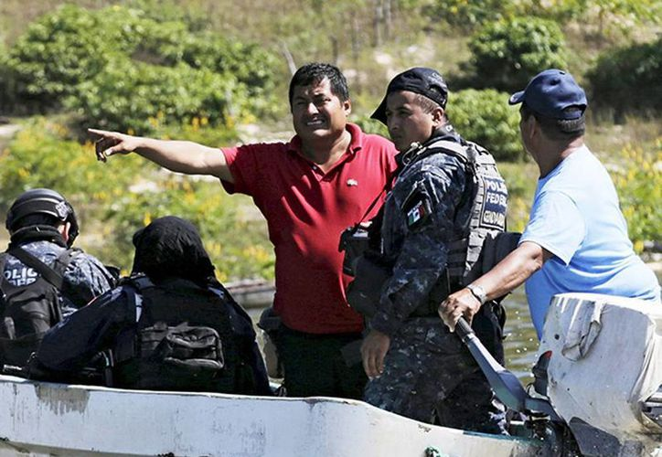 Miguel Ángel Jiménez Blanco (de rojo), en foto de archivo del 30 de octubre de 2014, en trabajos de búsqueda de los 43 normalistas al lado de las fuerzas de seguridad. Fue ejecutado este sábado en Acapulco. (Excelsior)