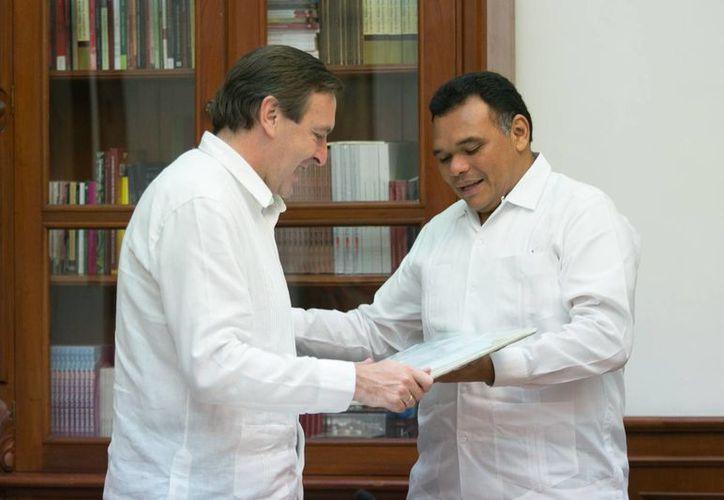 El gobernador Rolando Zapata y el embajador de España en México, Luis Fernández-Cid de las Alas Pumariño, se reunieron en Mérida para entablar temas como la comercialización de productos yucatecos del mar, y el impulso a proyectos de energía eólica en el rubro industrial. (Fotos cortesía del Gobierno de Yucatán)