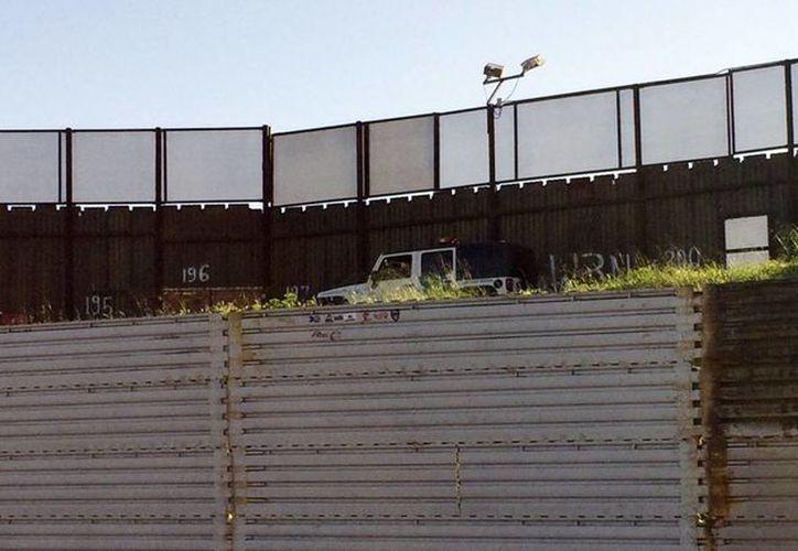 El muro entre la frontera México-EU podría costar entre 10 mil y 20 mil millones de dólares. (AP/Julie Watson)