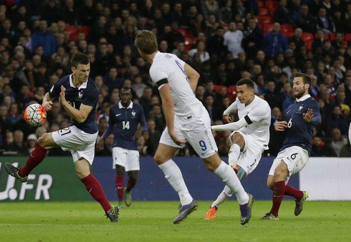 Dele Alli al momento de disparar a gol en partido amisoso entre Francia y Alemania tras los hechos terroristas de París. (Fotos: AP)