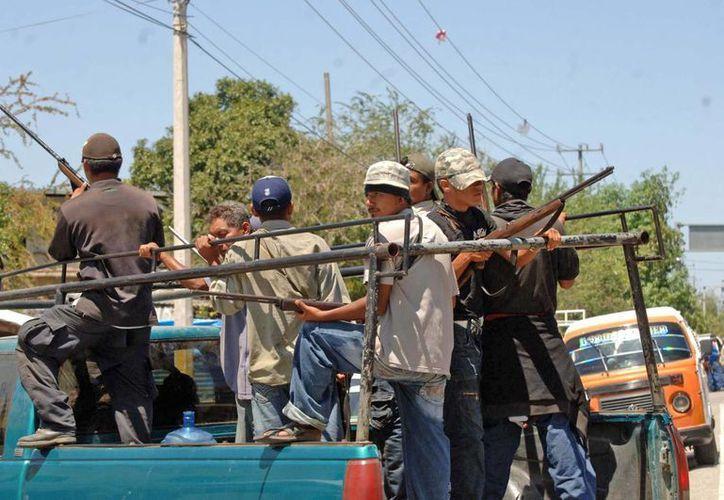 Integrantes del Movimiento de Autodefensa Ciudadana irrumpieron en la cabecera municipal de Juan R. Escudero (Tierra Colorada) para detener al director de Seguridad Pública de esta entidad. (Notimex)