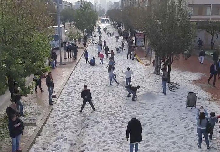 De acuerdo con el departamento de Bomberos, más de 50 emergencias fueron atendidas por la granizada en Colombia. (Excélsior).