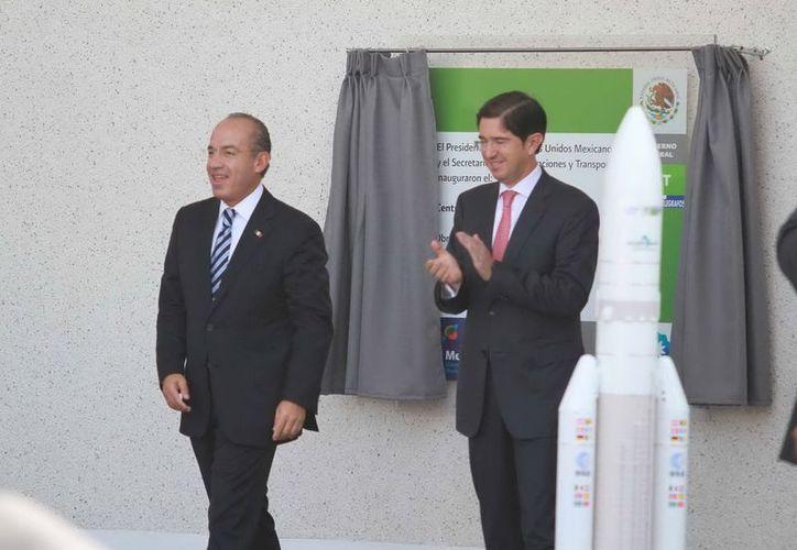 El presidente Calderón y Dionisio Pérez Jácome, titular de la SCT,  inauguraron el Centro de Control Satelital. (Notimex)