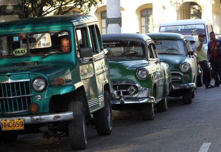 Por primera vez en décadas, los viejos taxis de La Habana tiene que competir por los pasajeros. (EFE)