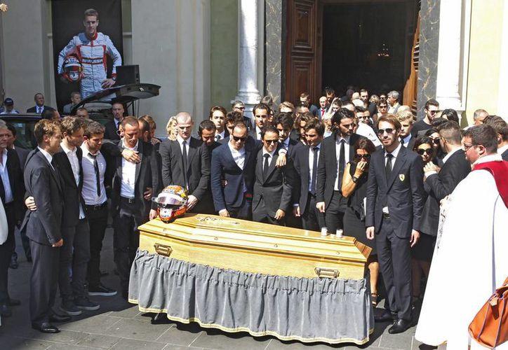Este martes se llevó a cabo el funeral del piloto francés Jules Bianchi, quien falleció después de permanecer nueve meses en estado de coma. Entre los presentes se encontraban Lewis Hamilton, Nico Rosberg y Romain Grosjean.(AP)