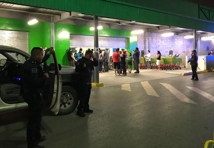 La policía llegó al lugar para contener lo ánimos. (Twitter)