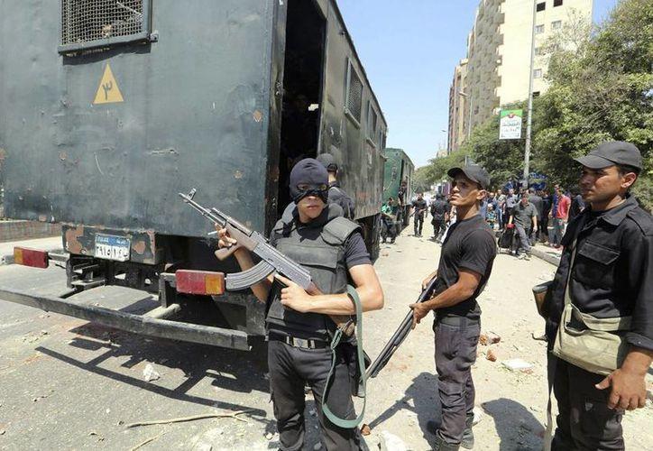 Cientos de policías y soldados han muertos a manos de la insurgencia, resguardada en zonas escasamente pobladas de la Península de Sinaí. Imagen de un grupo de soldados egipcios montan guardia. (EFE/Archivo)