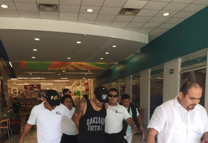 El sujeto fue detenido cuando se encontraba en el centro comercial ubicado en la avenida Kabah con Xcaret. (Redacción/SIPSE)