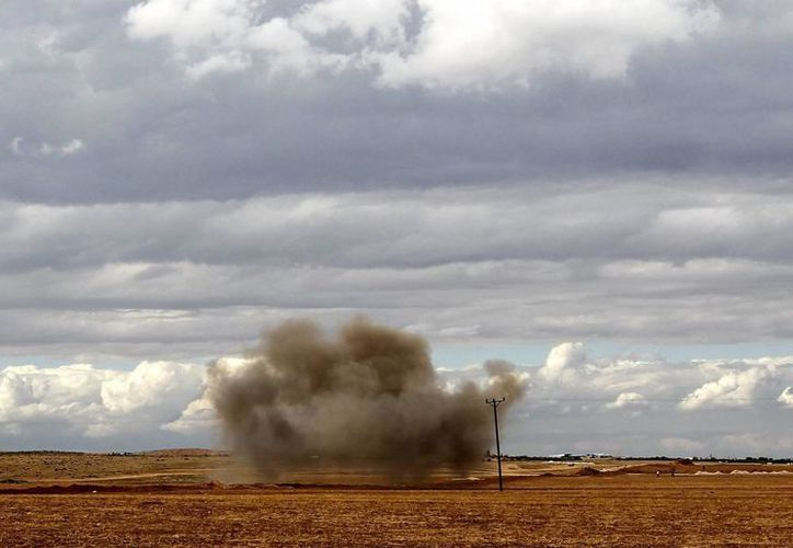 Una columna de humo se eleva después del impacto de un mortero en los combates de esta semana contra los yihadistas. (EFE)