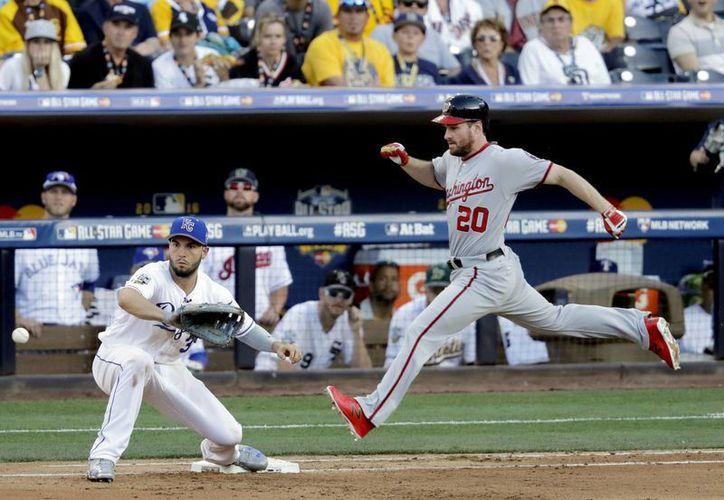 Daniel Murphy, de la Liga Nacional (Washington) llega a primera base mientras Eric Hosmer, de la Liga Americana (Kansas City Royals) espera la pelota durante el Juego de Estrellas de Grandes Ligas. (AP)