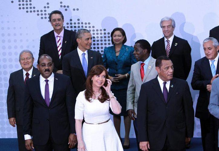 El presidente de Estados Unidos, Barack Obama (ci), junto a la presidenta de Argentina, Cristina Fernández (c, abajo), y otros mandatarios americanos saludan a la prensa previo a la foto oficial en la VII Cumbre de las Amércas. (EFE)