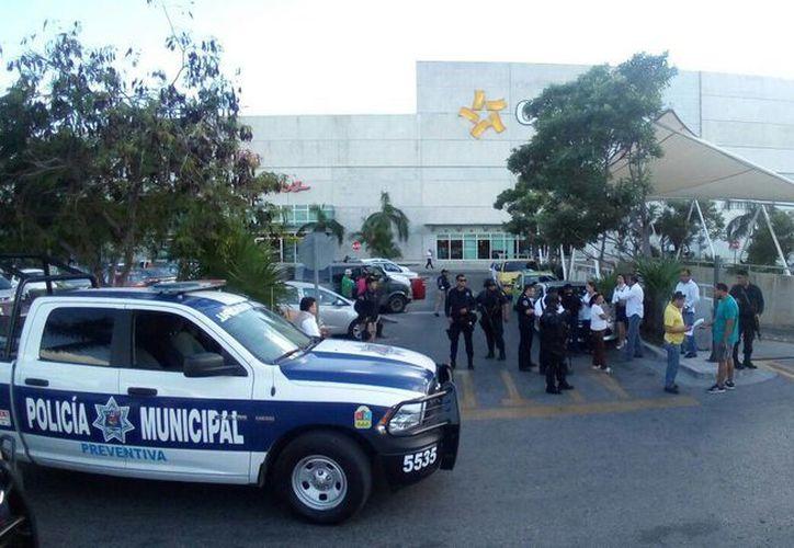 Las autoridades policíacas rodearon la zona de La Gran Plaza. (Eric Galindo/ SIPSE)