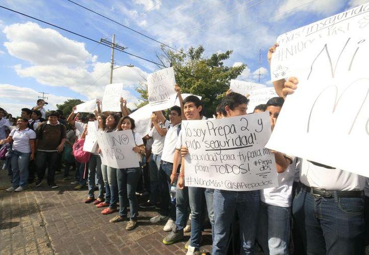 Los estudiantes con pancartas alusivas a la falta de vigilancia de la Policía. (Jorge Sosa/SIPSE)
