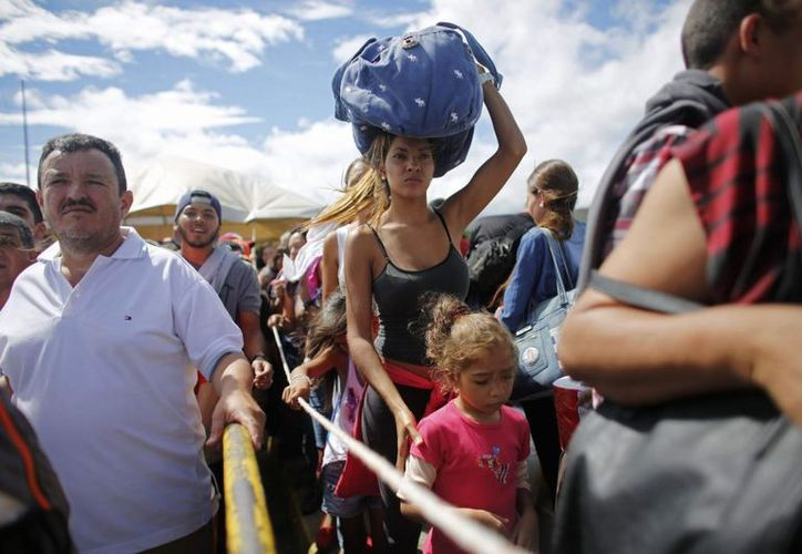 El flujo de migrantes venezolanos complica los servicios públicos en la frontera con Brasil (Agencias).