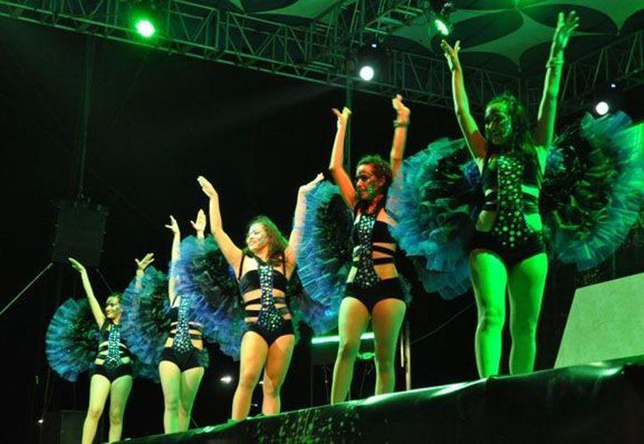 Los bailes en las comparsas en el escenario principal son uno de los eventos que cuentan con mayor concurrencia. (Redacción/Sipse)