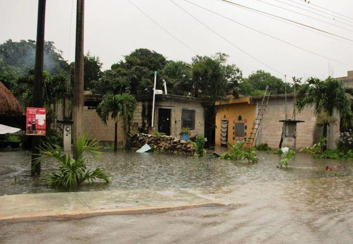 Calles y avenidas de Tulum ha resentido las fuertes lluvias que se han registrado en los últimos días. (Rossy López/SIPSE)