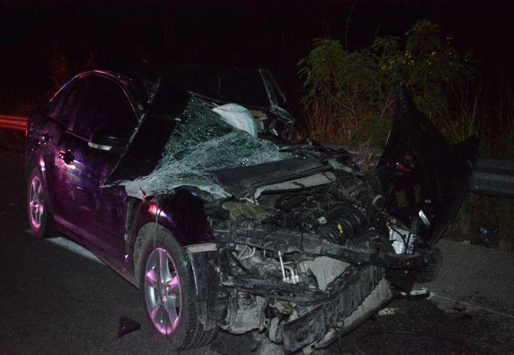 Los daños en el vehículo fueron graves, pero el conductor solo resulto lesionado.(Tony Blanco/SIPSE)