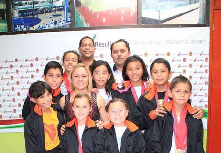 """Los niños recibieron reconocimientos por su esfuerzo en la """"Copa Regia"""". (Redacción/SIPSE)"""