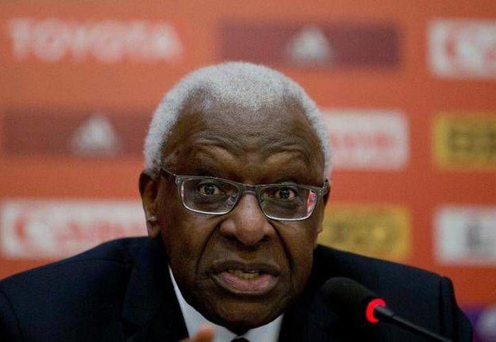El expresidente de la Federación Internacional de Atletismo (IAAF), el senegalés Lamine Diack, había sido imputado por la justicia francesa por los delitos de corrupción pasiva y blanqueo agravado. (Archivo AP)