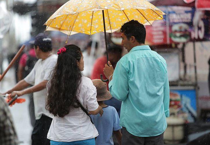 Este sábado se sentirán también los efectos de la onda tropical número 16 en la porción este de México. (Notimex)