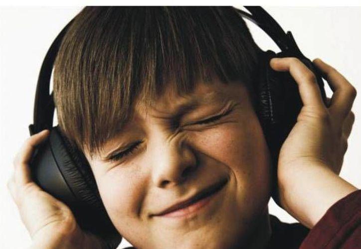 Una revisión de datos de países de ingresos elevados y medianos revela que casi la mitad de todos los habitantes de 12 a 35 años escuchan música a niveles perjudiciales de volumen en sus audífonos. (elminero.com.mx)
