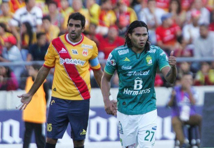 Con un certero cabezazo a servicio de Darío Burbano, Carlos el 'Gullit' Peña (d), logró darle la vuelta al marcador antes de concluir el primer tiempo en victoria de los 'Panzas verdes' ante el Monarcas. (Notimex)
