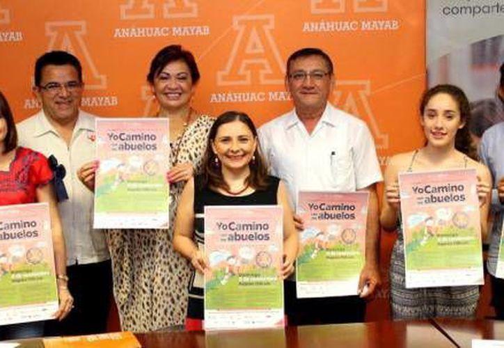 Alumnos de la facultades de Administración Pública y de Derecho de la Universidad Anáhuac-Mayab dieron a conocer el evento 'Yo camino con los abuelos'. (Milenio Novedades)