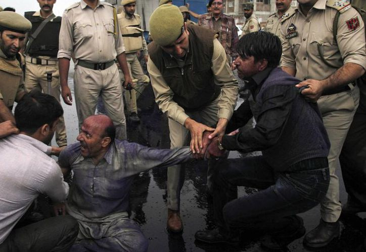 Policías indios detienen a partidarios de Chachemira del Partido Awami Ittihad durante una protesta por un tiroteo mortal paramilitar en el disputado territorio. (Agencias)