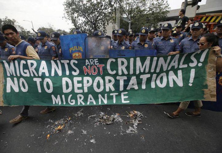 El muro fronterizo de Trump costará 21,600 millones de dólares. En la foto, de contexto, una manifestación de migrantes contra Donald Trump. (AP)