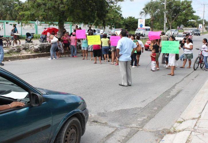 Los padres de familia de un plantel educativo bloquearon una avenida. (Adrián Barreto/SIPSE)