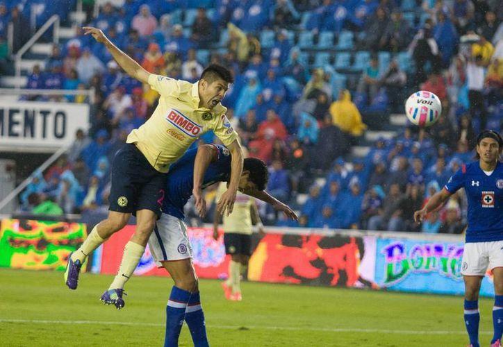 Tras la salida de Raúl Jiménez del equipo, la tarea de convertirse en el hombre gol, ha recaído en Oribe Peralta. (Foto: Notimex)