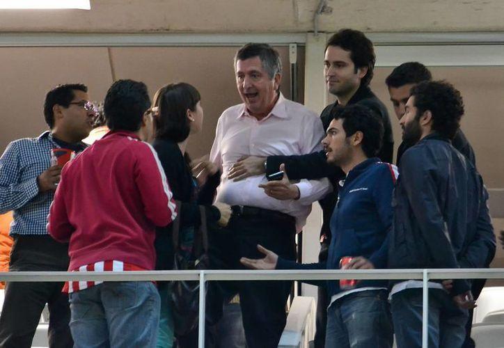 Jorge Vergara reapareció ayer para charlar con el técnico Benjamiín Galindo. (Archivo/SIPSE)
