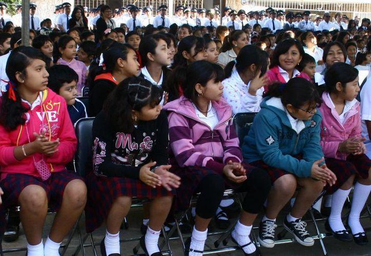El ciclo escolar actual contempla un mes de vacaciones. Imagen de un grupo de estudiantes en un evento cívico. (Milenio Novedades)