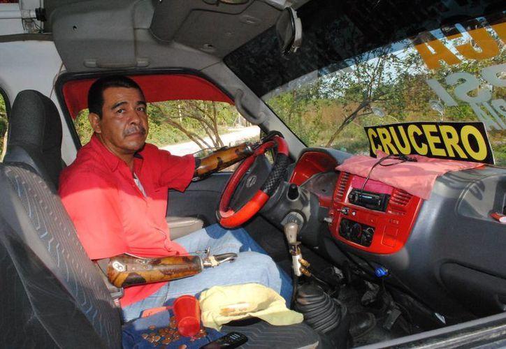 Francisco Aguirre Arreola maneja una combi de transporte público en Cancún. (Israel Leal/SIPSE)