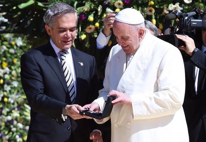 Miguel Mancera, jefe de gobierno de la Ciudad de México, entrega las llaves de la ciudad al Papa Francisco. (excelsior.com.mx)