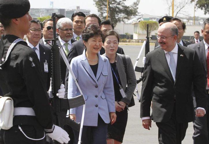 La presidenta de Corea del Sur, Park Geun-hye, arribó este sábado al Aeropuerto Internacional de la Ciudad de México. (Notimex)