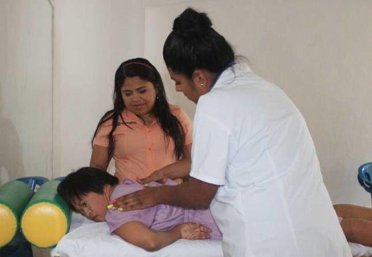 Los pacientes disfrutaron de un masaje relajante brindado por profesionales. (Redacción/SIPSE)