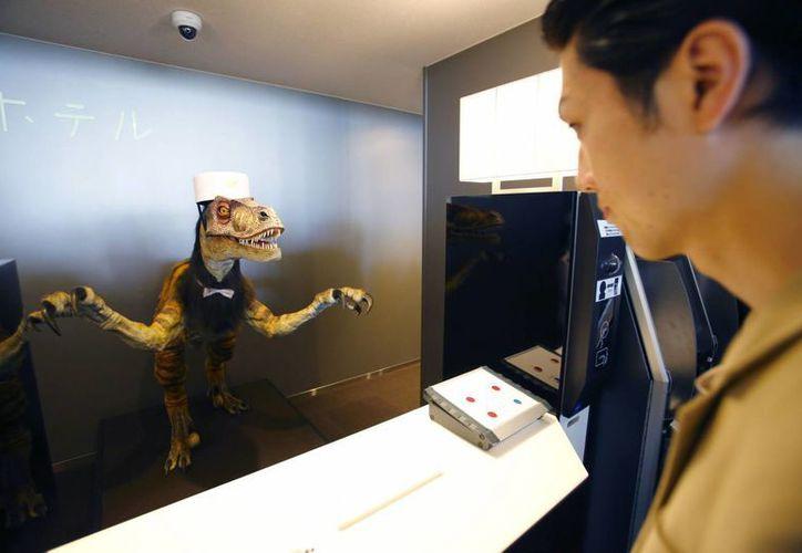 Un recepcionista robot recibe a un cliente del Hotel Extravagante en una demostración para la prensa sobre el hotel que emplea robots para ahorrar costos en personal en Sasebo, Japón. (Agencias)
