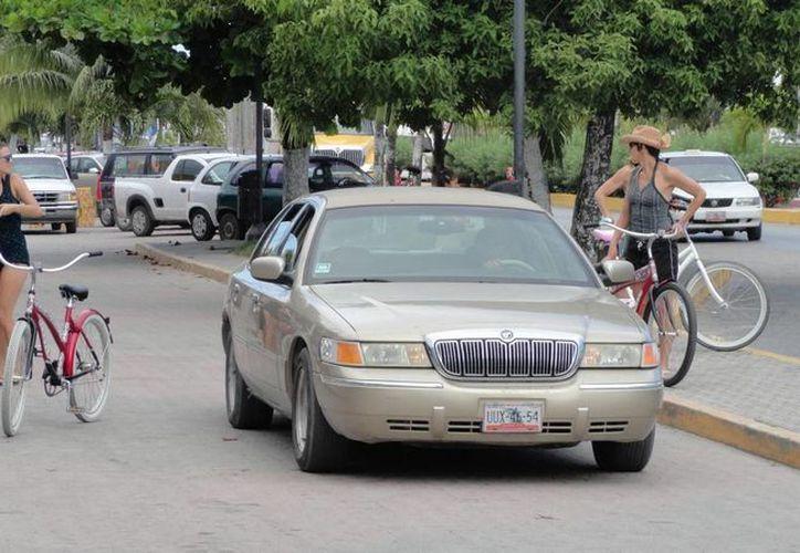 Para evitar accidentes, piden a peatones y ciclistas tomar precauciones y respetar los señalamientos de tránsito. (Rossy López/SIPSE)