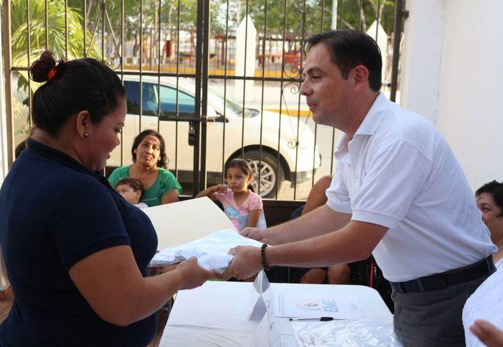 Dos amas de casa recibieron sendas becas para estudiar en la escuela Zens Lotto de Playa del Carmen. (Adrián Barreto/SIPSE)