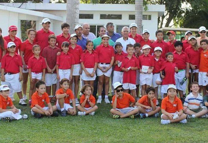 Golfistas de La Ceiba y el Yucatán Country Club, y directivos y autoridades del deporte se reunieron ayer. (Milenio Novedades)