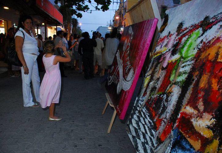 Los pintores y artesanos de Playa del Carmen exponen desde hace varios años en el programa Caminarte, en la Quinta Avenida. (Adrián Barreto/SIPSE)