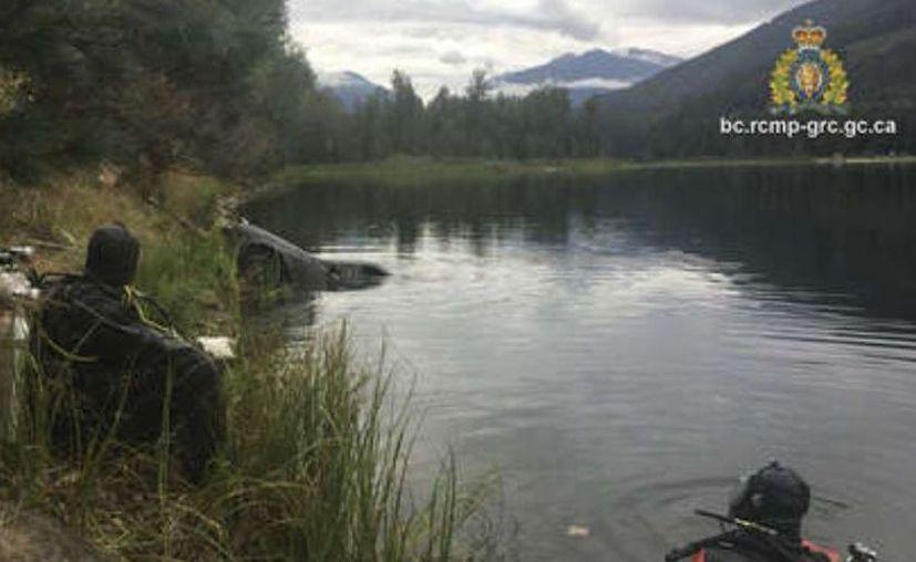 A través de un comunicado, la policía informó que con apoyo de una compañía de remolque sacaron del agua un vehículo. (Internet)