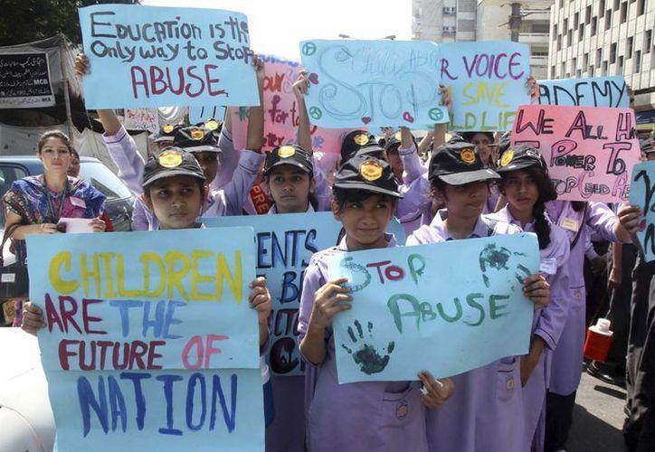 Un grupo de estudiantes porta pancartas en contra de los abusos sexuales durante unas protestas convocadas por la violación de una menor de edad en Karachi, Pakistán. (Archivo/EFE)