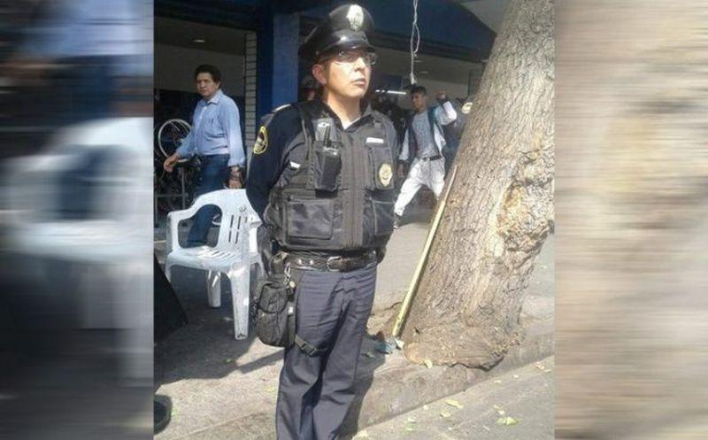 Viral imagen de policía mexicano trabajando en calcetines